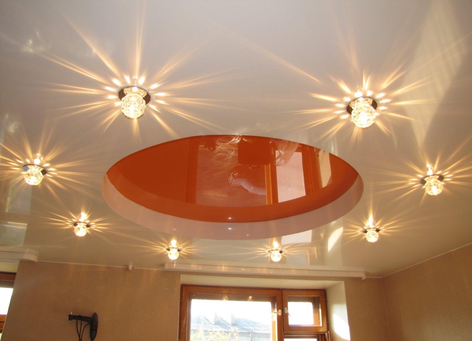 Дизайн кухни с точечными светильниками